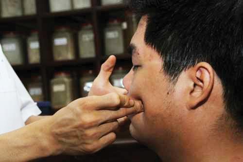 Bấm huyệt chữa mặt lệch bên cao bên thấp