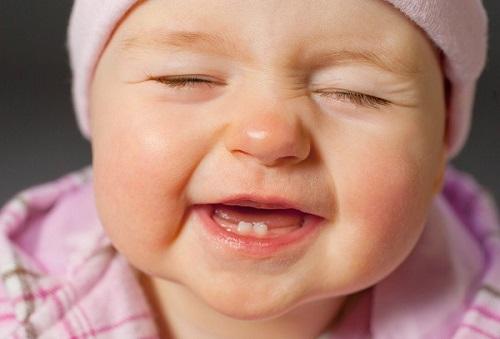 Trẻ châm mọc răng vì sao